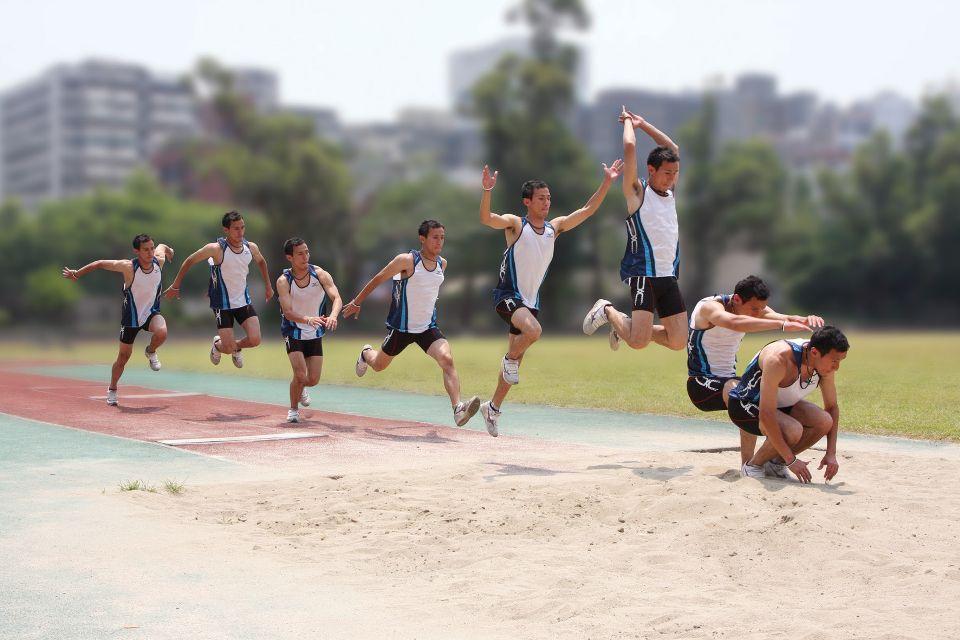三级跳沙坑_立定三级跳:  在沙坑前三步距离,以立定三级跳(单脚,跨步,跳跃)往