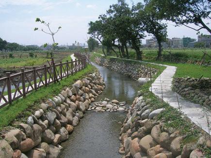 """<p style=""""text-align: left;""""><span style=""""font-size:24px;"""">利用天然的土堤和石頭構築,讓河裡的生物也有生存的空間。</span></p>"""