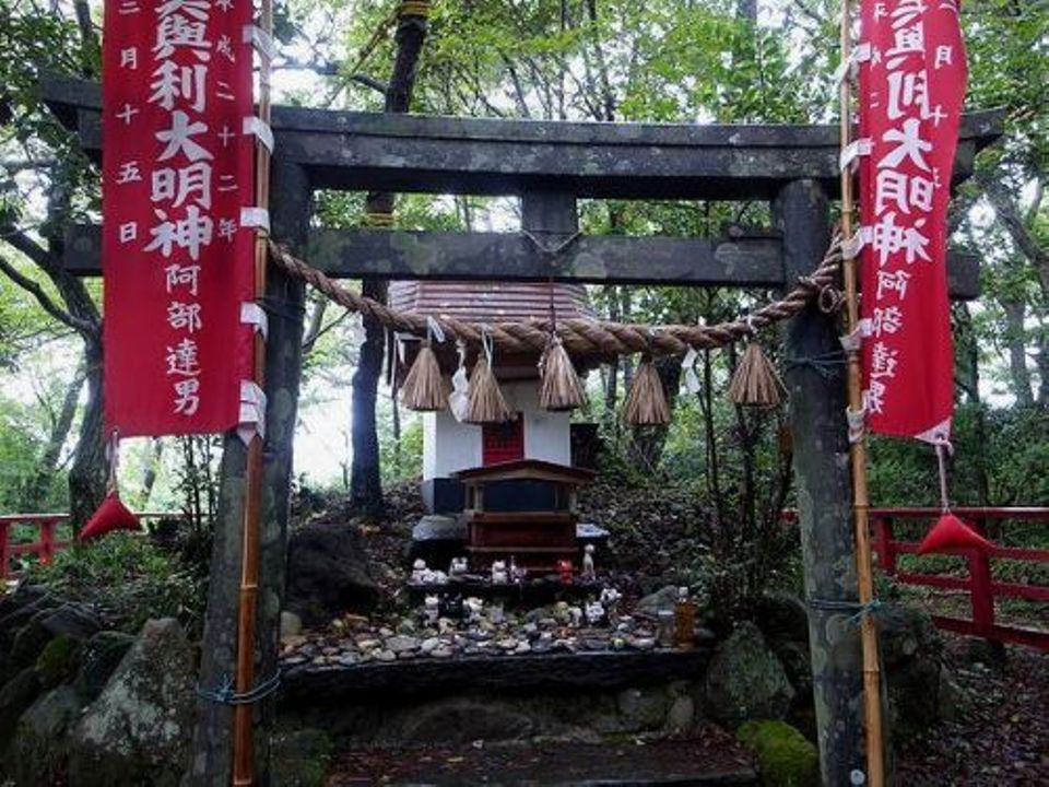 """<p style=""""text-align: left;""""><span style=""""font-size:40px;"""">貓神社</span></p>  <p style=""""text-align: left;""""><span style=""""font-size:20px;"""">供奉貓神</span></p>"""