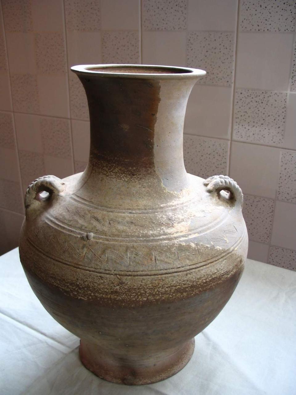<p>原始瓷器的加工製造過程還不很精細,胎和釉的配料、溫度和火候掌握還不熟煉,質量比較差,因此叫它&ldquo;原始瓷器&rdquo;。</p>