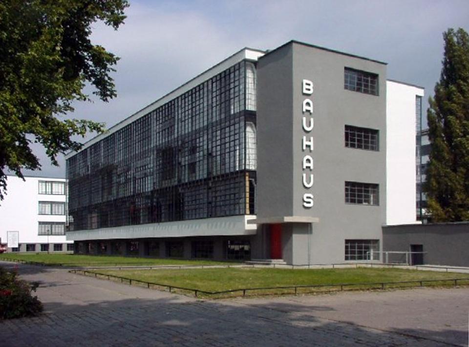 "<p style=""text-align: left;""><span style=""font-size:24px;"">1901年工業設計先祖沃爾特.格羅佩斯,在德國創設包浩斯,從事現代化的改革。</span></p>"
