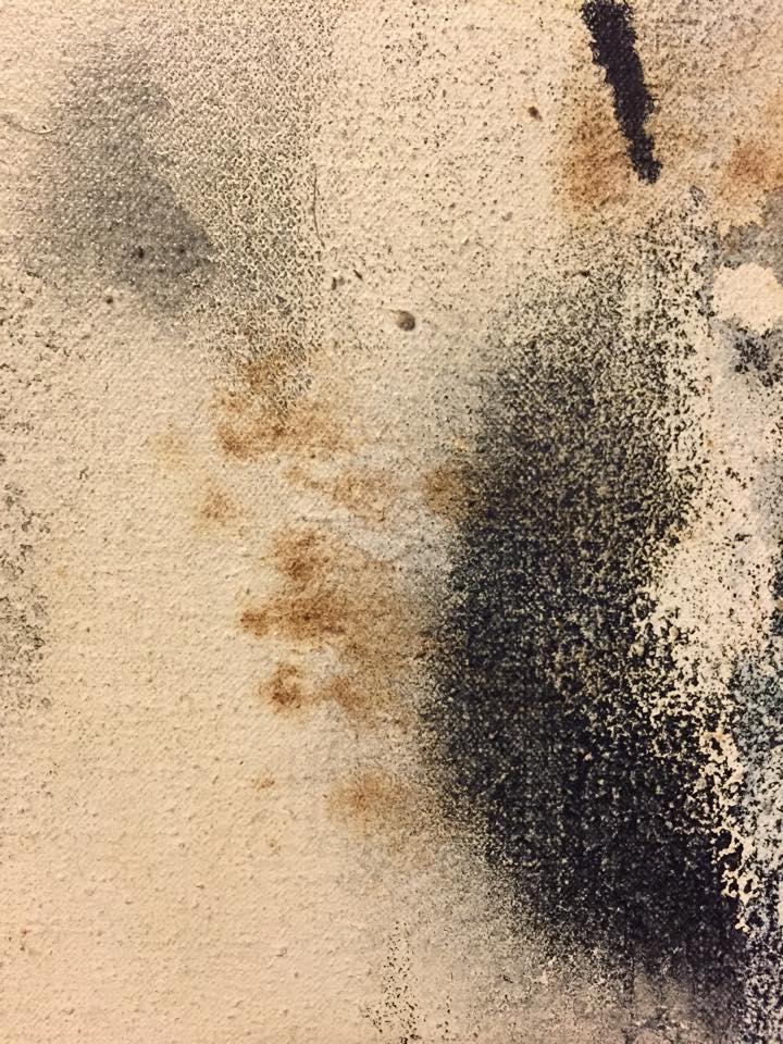 <p>畫作的表面出現褐色的痕跡</p>