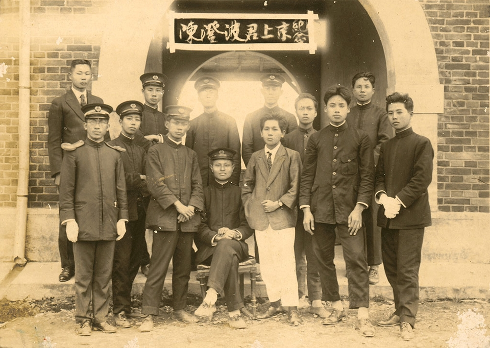 "<p style=""text-align: left;""><span style=""font-size:20px;"">1924年陳澄波(中坐者)赴東京留學前與水堀頭公學校教職員合照。</span></p>"