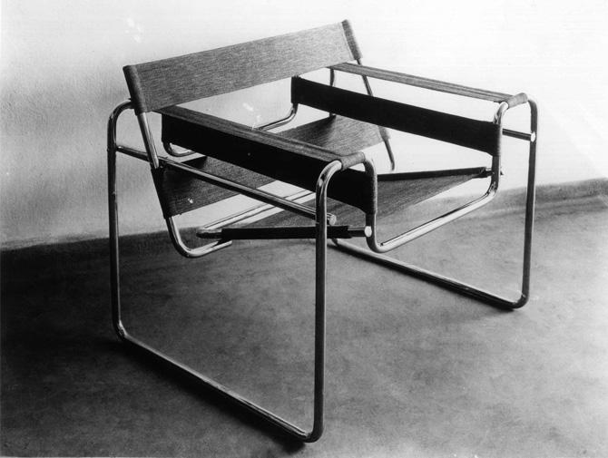<p>魯耶突破性地將傳統的平板座椅換成了懸垂的、有支撐能力的帶子,使坐在椅子上的人感覺更舒適,椅子的重量也減輕了許多,這把優雅的座椅是設計擁躉們追捧的作品。</p>