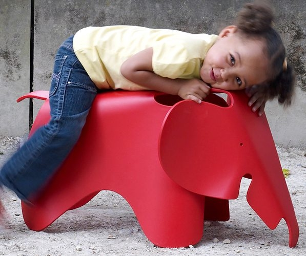 <p>Eames&nbsp;Elephant&nbsp;(大象椅)於1954年由Charles&nbsp;&amp;&nbsp;Ray&nbsp;Eames夫婦替自己的小女兒所設計的椅子<br /> ,大象椅有著流暢的線條,誇大的大象耳朵充滿著幽默感,無疑是現代經典家具之一。</p>