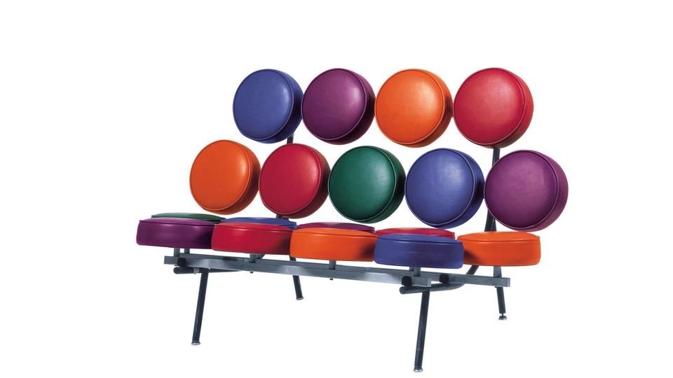 <p>Marshmallowsofa棉花糖沙發利用彩色柔軟的座墊,將傳統的沙發轉化成3D的立體形式,椅座和椅背因為金屬軸結構的支撐,使得它看起來像塊柔軟的鬆餅,帶有典型的早期普普藝術風格。</p>