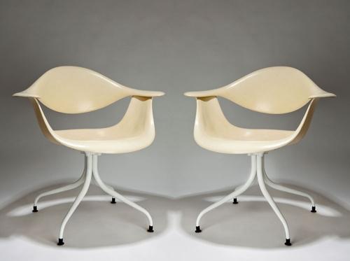<p>Swag&nbsp;Leg&nbsp;Armchair&nbsp;椅座和椅背之間的狹長縫隙就好像一個咧開嘴的笑容,為一散熱的設計,其椅腳、椅座和椅背是分開的,可以自由選擇搭配顏色。</p>