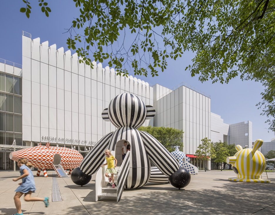 <p>JaimeHayon在亞特蘭大高等藝術博物館(TheHighMuseumofArtinAtlanta)廣場所設置的大型兒童遊樂場,鮮明的動物造型與幾何圖案,營造遊樂與藝術的結合。</p>