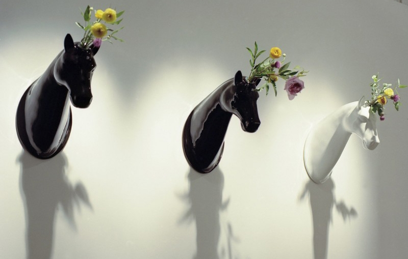 <p>JaimeHayon在2005年的「MonCirque」藝術展中,即以多個馬頭陶瓷花瓶大開知名度,從喜愛街頭藝術與塗鴉文化的他,仍不斷憑藉想像力將這些仿動物設計提升到藝術層次。</p>