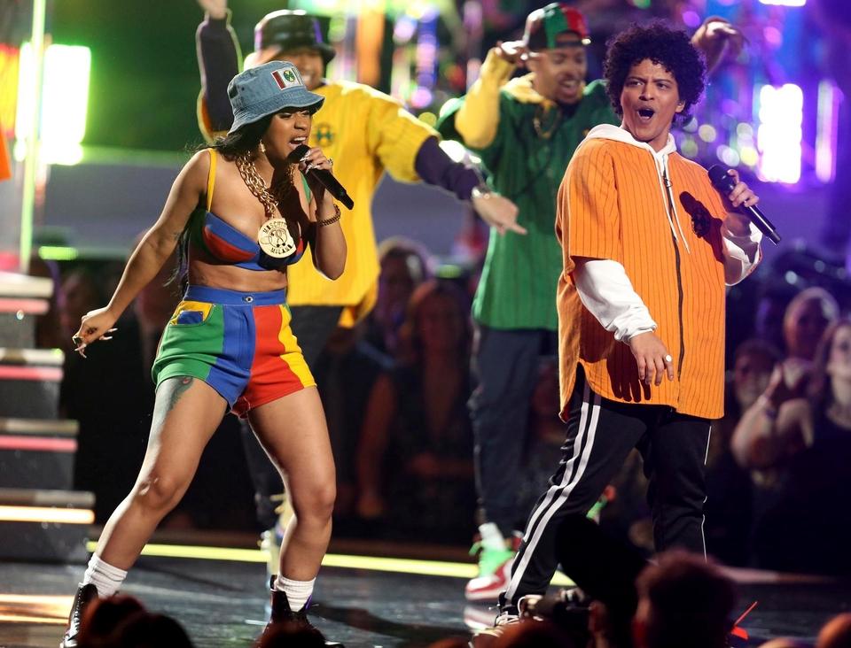 <p>火星人布魯諾(右)與女饒舌歌手Cardi&nbsp;B在葛萊美獎頒獎典禮上帶來動感的表演。(圖/達志影像&nbsp;,&nbsp;2018.01.29)</p>